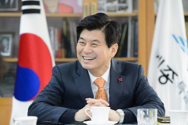 Listening from Lee Chunhee, the Mayor of Sejong City, Youthful J... 대표 이미지